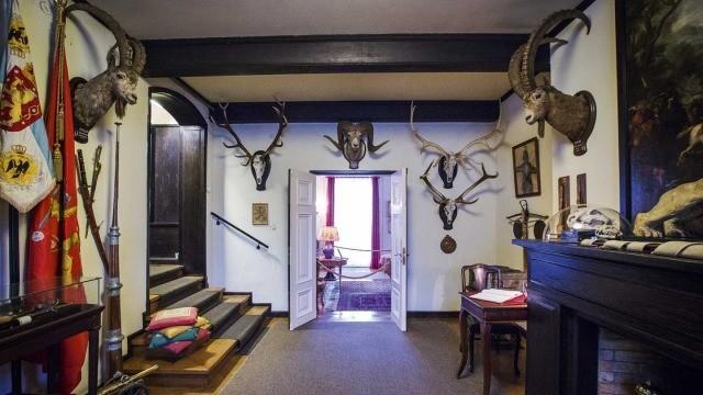 Mannerheim matkusti elämänsä aikana monissa kolkissa ympäri maailman. Matkoilta kertyi myös lukuisia metsästysmuistoja eli trofeita, jotka toivottavat kävijät tervetulleiksi museoon.