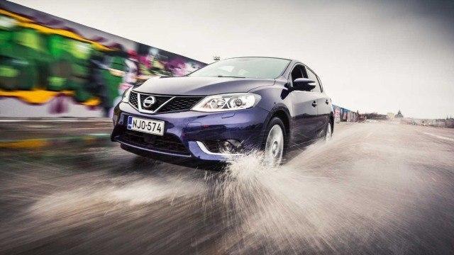 Koeajo: harmaan tasainen Nissan Pulsar