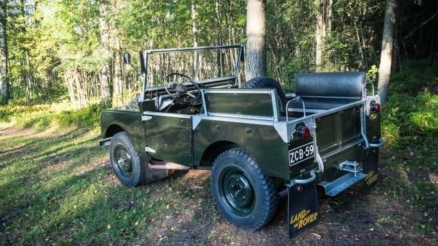 Lyhytakselivälinen Land Rover Series 1 vuosimallia 1950 eroaa yksityiskohdissa Defenderistä, mutta peruslinjat ovat yhteneväiset.