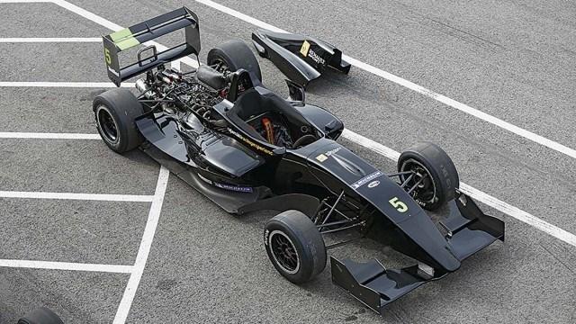 Formula Renaultin avulla koeajajat pääsevät tutustumaan rataan ja saavat samalla tuntumaa yksipaikkaiseen erikoisautoon.