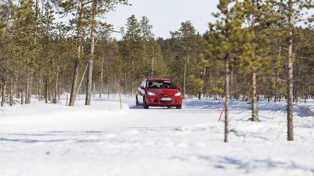 Kovalla lumipolanteella kitkarengas alkaa toimia. Testiautona toimiva Ford Focus etenee nuoren mäntymetsän keskelle aurattua lumirataa hyvällä vauhdilla. Sivuttais- ja pitkittäispitoa riittää, joten Markus Hilli pääsee hyödyntämään auton painonsiirtoja. Loivaa mutkaa edeltävä jarrutus ja kääntö saa keulan pureutumaan tiehen takarenkaiden valitessa loivemmat linjat. Meno tuntuu ripeältä ja vakaalta.