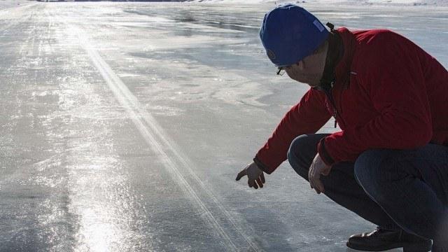 Jään pintaan piirtyi oppikirjaesimerkki lukkiutumattomien jarrujen toiminnasta. Jään päällä olleeseen pölykalvoon oli piirtynyt toistuva yhdistelmä: vuoroin kopio pyörivän renkaan kulutuspinnasta, vuoroin hentoja naarmuja lukossa olleen pyörän jarrutusyrityksestä.
