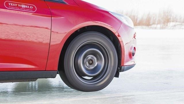 Viiteen millimetriin kuluneen renkaan matalat ja pyöreät lamellit eivät saa otetta, joten kiihdytysmatka venyy ja venyy. Jalan siirtyessä kaasupolkimelta jarrulle vaihtuu moottorin ääni lukkiutumattomien jarrujen raksutukseen.