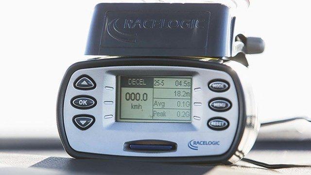 Mittaustulokset kertyvät kuin itsestään satelliittipaikannusteknologian ansiosta. Alan perustyökaluksi on muodostunut Racelogicin valmistama VBOX-mittalaite. Tarkan GPS- ja GLONAS-paikannuksen ansiosta mittaukset onnistuvat ulkotiloissa pelkän satelliittiyhteyden avulla. Tuulilasiin imukupilla kiinnitetyn mittayksikön lisäksi tarvitaan ainoastaan magneetilla auton katolle kiinnittyvä antenni.