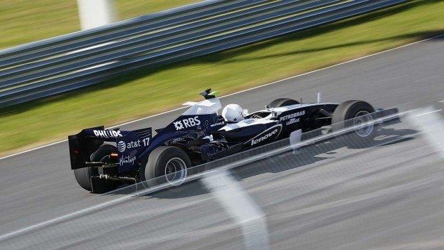 Williamsia vauhdittava Cosworthin 650-hevosvoimainen V8-moottori lennättää kevyttä autoa vaivattomasti yli 200 kilometrin tuntivauhtiin.