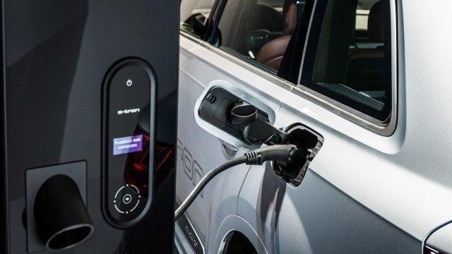 Audin nykyinen latausjärjestelmä ja Q7 e-tron -hybridi.