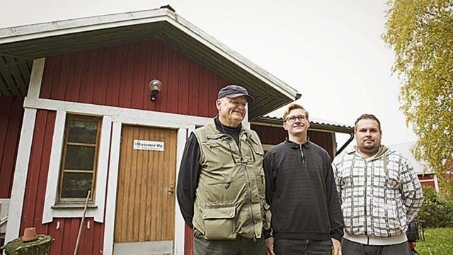 Metener Oy:n pääkonttorin edessä vasemmalta Erkki Kalmari, Juha Luostarinen ja Juha Salimäki.