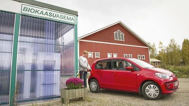 Kuivareaktorin tuottamalla biokaasulla tuotetaan myös tilayhtymän lämpö ja sähkö sekä viiden naapuritalon lämmitysenergia. Biokaasua tankkaamassa Jussi Läntelä.