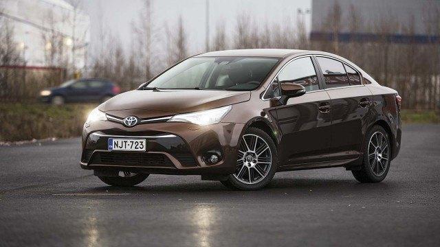Koeajo: uudet kasvot, uusi sydän – Toyota Avensis
