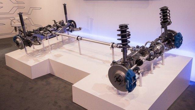 Focus RS:n voimansiirto paljaana. Oikealla olevasta keulasta puuttuvat moottori ja vaihteisto.