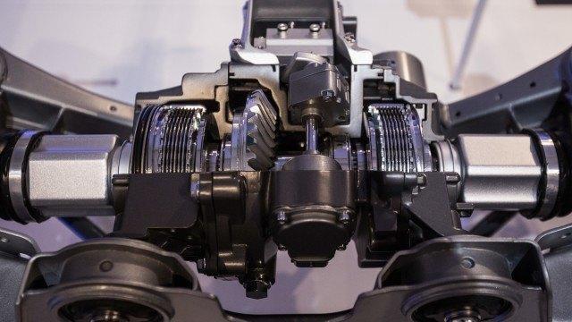 RDU avattuna. Kardaaniakseli tuo voimaa kello 12 suunnasta. Levykytkimet näkyvät kuvassa vasemmalla ja oikealla.