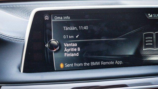 Autoon lähetetty osoite näkyy järjestelmässä viestinä. Osoitetta klikkaamalla auton voi käskeä navigoimaan.