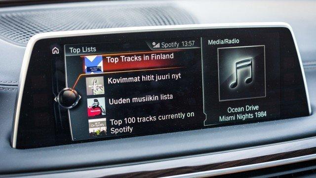 Kun oman älypuhelimen liittää Bluetoothilla autoon, pääsee omaan Spotifyhin käsiksi suoraan iDrivesta. Musiikin suoratoistoon käytetään auton nettiyhteyttä, joten oman puhelimen akku säästyy.