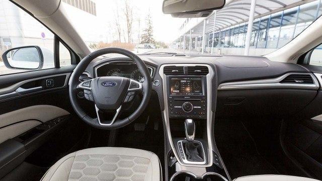 Ford_Mondeo_Vignale_Sedan_2016_LA-11