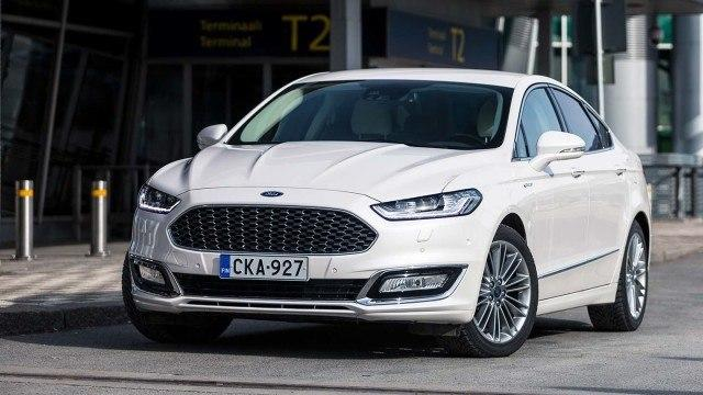Ford_Mondeo_Vignale_Sedan_2016_LA-3