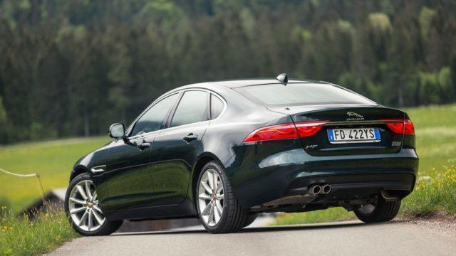 Koko mallisto nyt nelivetoisena: lisäpitoa Jaguar XE:hen ja XF:ään
