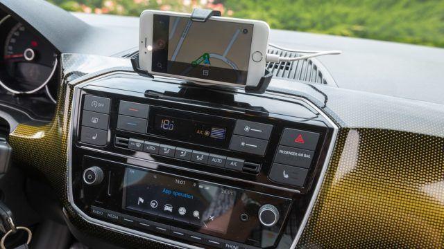 Kännykkäteline tarjoaa kustannustehokkaan vaihtoehdon navigaattorille. Valitettavasti oikeaa navigaattoria ei ole tarjolla.