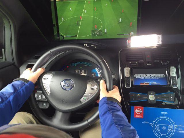 Futista sähköauton ratissa