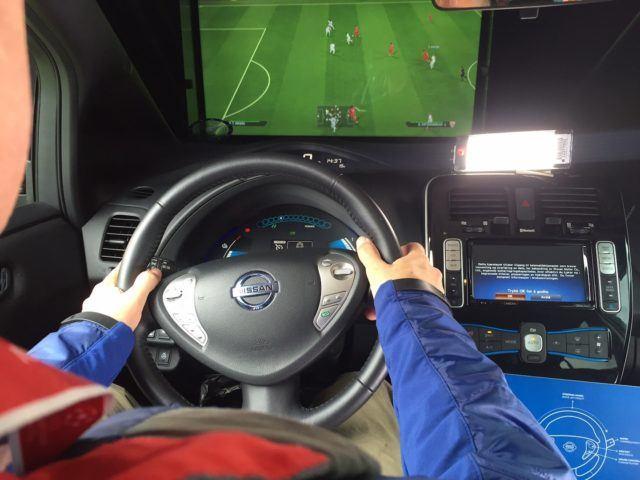 Futista sähköauton ratissa – Nissan Leafilla voi tehdä myös maaleja
