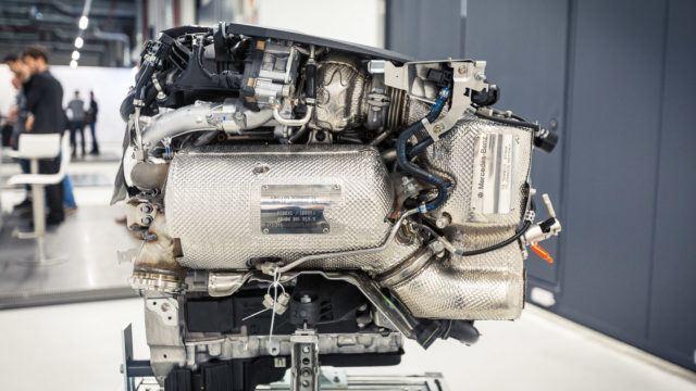 Nykyaikaisen dieselmoottorin perässä on melkoinen pakoaasujen putsauslaitteisto: ylhäällä keskellä olevan turboahtimen jälkeen pakokaasut kulkeutuvat hapetuskatalysaattorin ja hiukkassuodattimen läpi ja sekaan suihkutetaan AddBlue-liuosta, jolla SCR-katalysaattori pelkistää typen oksidit typeksi ja vedeksi.