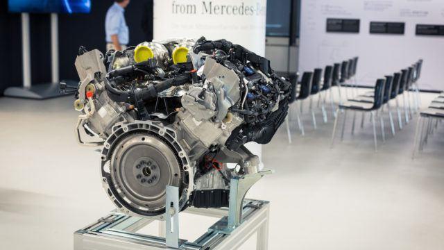 Mercedes-AMG:n rakentama M176. Nelilitraisen V8-moottorin kaksi turboahdinta on asennettu sylinteriryhmien väliin.