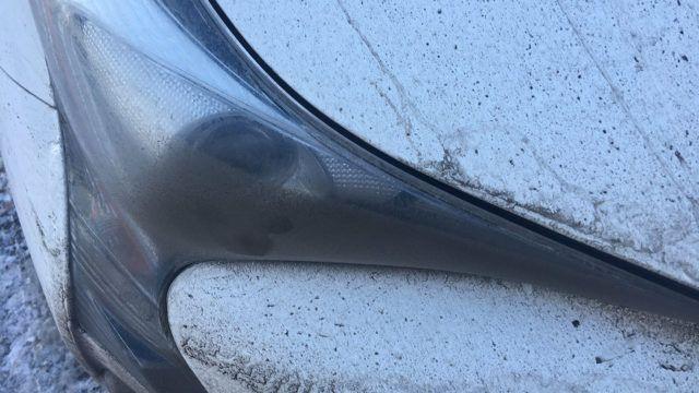 Valoisassa otettu kuva paljastaa, miten ajovalojen osalta epäonnistunut aerodynamiikka pakkaa kuraa juuri ajovalon etuosaan.