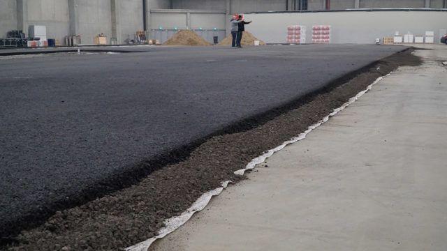 Radan rakenne on yksinkertainen. Betonilattian päälle asennetaan suodatinkangas joka kastellaan. Sen päälle seitsemän sentin paksuinen murskekerros ja pintaan saman paksuinen asfaltointi.