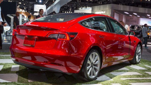 Teslan talous ja juoksu aikaa vastaan
