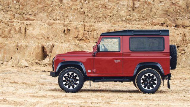 Land Rover Defender palaa