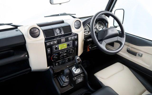 Land Rover Defender palaa