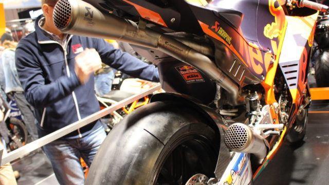 Aito MotoGP-kilpuri esillä KTM:n osastolla RC16