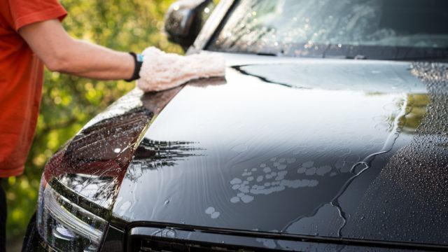 Auton käsinpesu