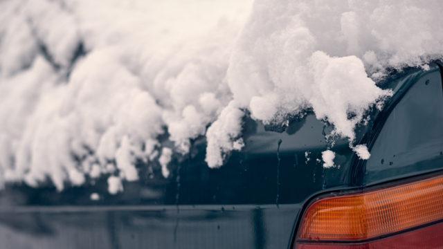 Lumiharjan valinta - auto lumessa