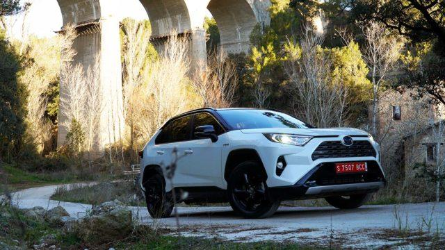 Koeajo: hiljaa hiipivä muotovalio – Toyota RAV4