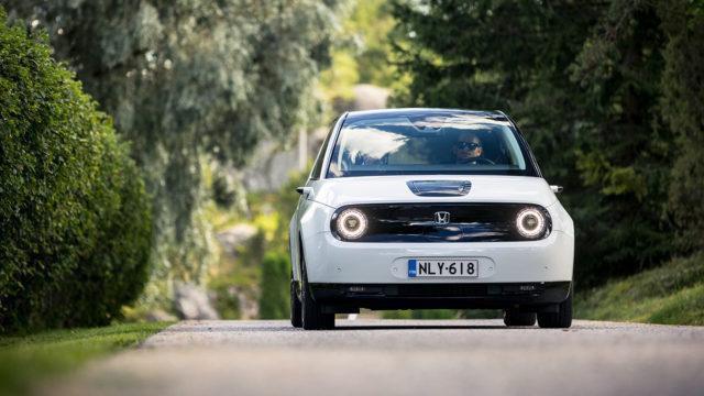 Maistiainen: Honda E näyttää superhaluttavalta, mutta millainen auto kuorien alta löytyy?