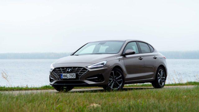 Koeajo: Hyundai i30 Fastback 1.5 T-GDI 48V Hybrid – maskimuodin kaunotar tarjoaa kevythybrideitä laajalla rintamalla