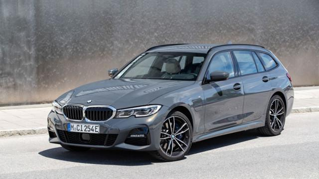The BMW 320e Touring and the BMW 320e xDrive Touring (01/2021).