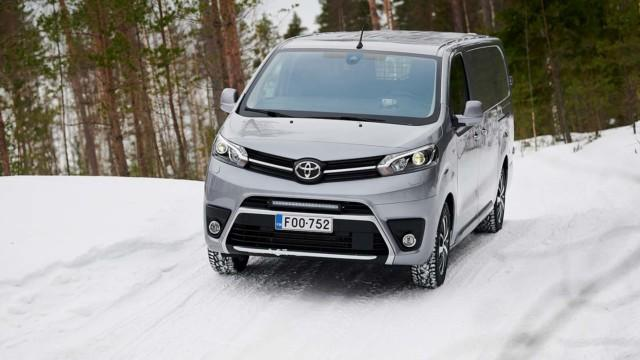 Koeajo: Toyota Proace 4x4 vie paketit pahempiin paikkoihin