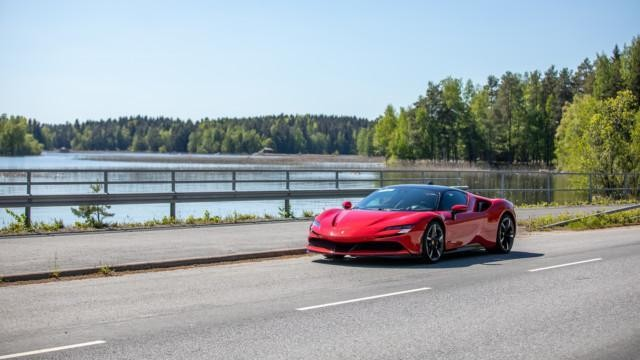 Maistiainen: Ferrari SF90 Stradale on 1 000-hevosvoimainen superauto, jonka hauskin ominaisuus kadulla on hiljainen sähköajo