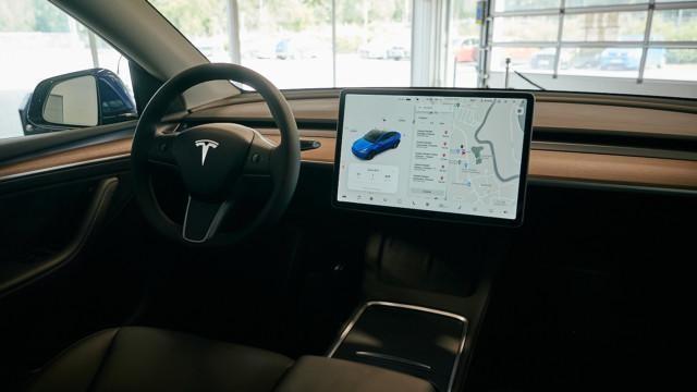Tesla Model Y tummalla sisustalla