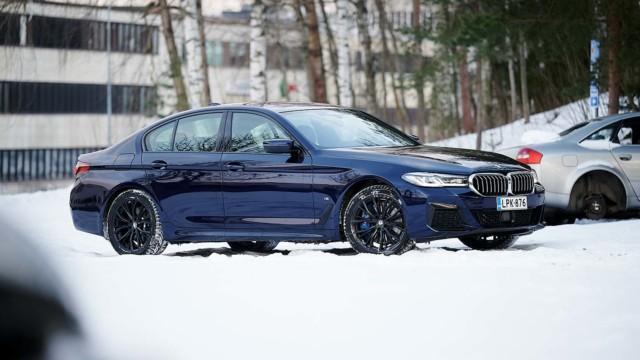 Koeajo: BMW 545e xDrive -lataushybridissä on kuusi pyttyä, mutta parempaankin olisi ainekset